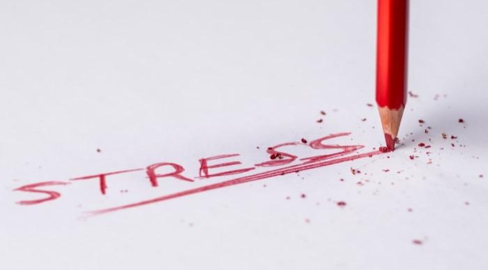 stress mit rotem Buntstift geschrieben, stressbewältigung
